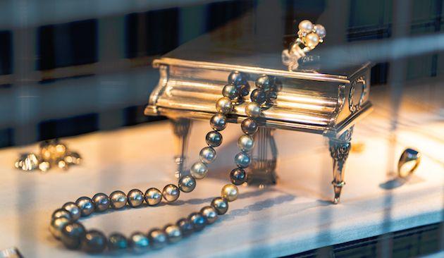 Cermat Membersihkan Perhiasan