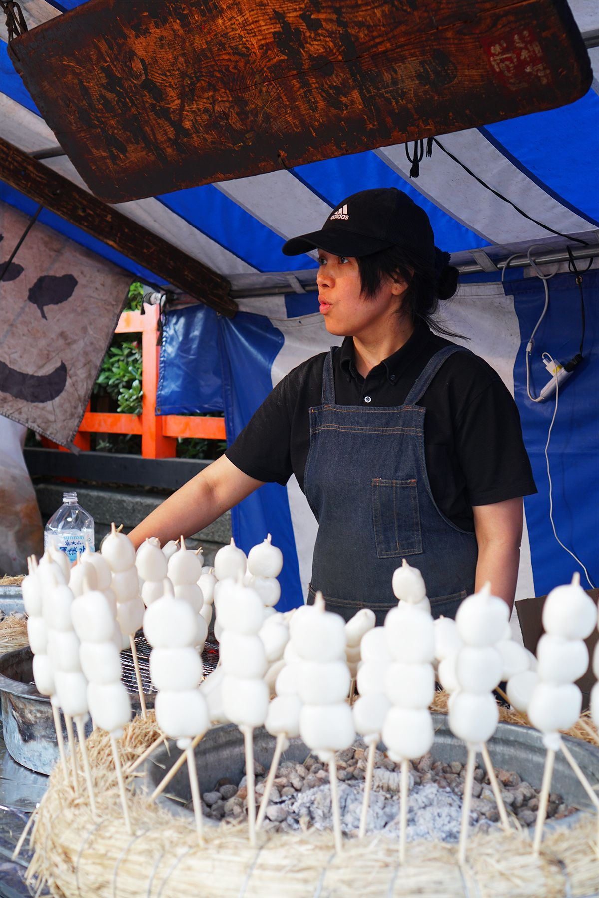 Mochi bakar atau grilled dango mochi yang dirangkai seperti sate. Siapkan perut kosong dan uang yang cukup biar tidak menyesal pulang ke Jakarta karena sungguh enak-enak! (SEPADA POST/EMELIA L)